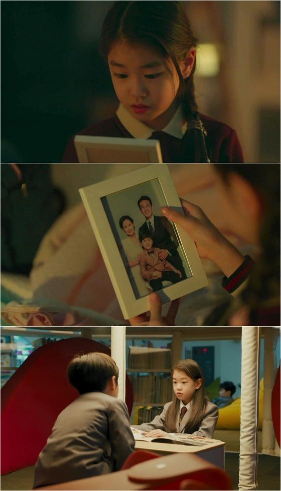 tvN 월화드라마 '하이클래스'에서 박소이가 절친의 가족사진 속에 김남희를 발견했다./사진제공=tvN 월화드라마 '하이클래스'