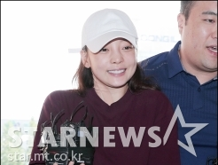 '폭행혐의' 구하라, 웃으며 경찰서 출석