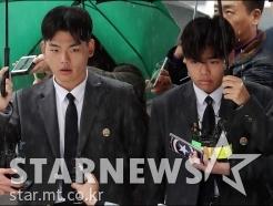 '폭행 폭로' 이석철-이승현, 고소인으로 경찰서 출석