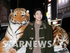 윤현민, '호랑이와 길거리 화보'