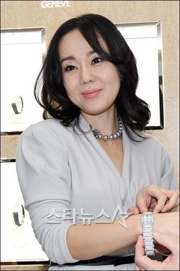 [★포토]김윤진 '명품시계 잘 어울리나요?'