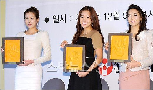 [★포토]현영-소유진-이지애 '미녀들은 손바닥도 이뻐~'
