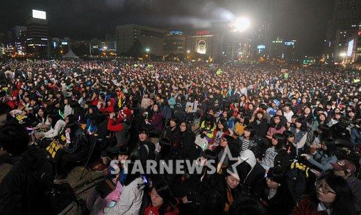 [★포토]K-POP을 보기 위해 창원광장을 가득 메운 인파