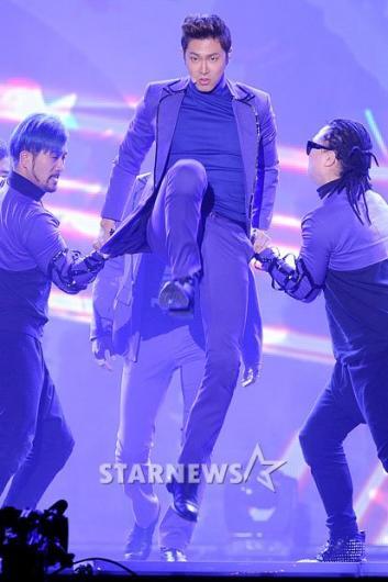[★포토]유노윤호 '힘차게 날아올라'