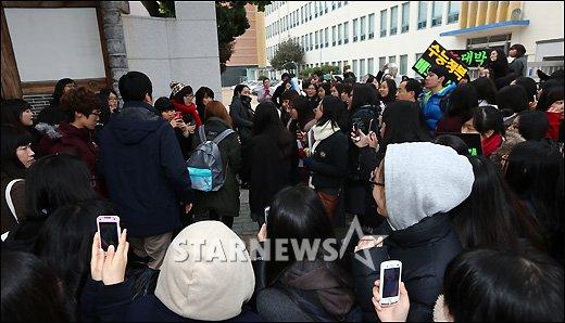 [★포토]권소현, 후배들 응원받으며 시험장으로