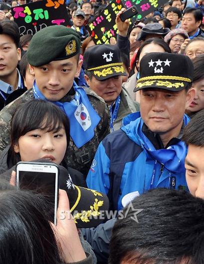 [★포토]신원식 수방사령관과 함께 걷는 비