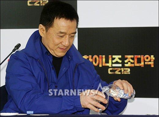 [★포토]성룡 '물한잔 마시고~'
