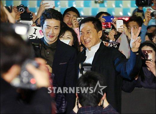 [★포토]팬들에 둘러싸인 성룡-권상우 '