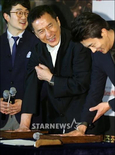 [★포토]성룡 '뭘해도 즐거워요~'