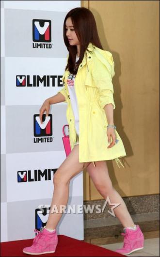 [★포토]홍수아 '노랑 재킷, 분홍 신발'