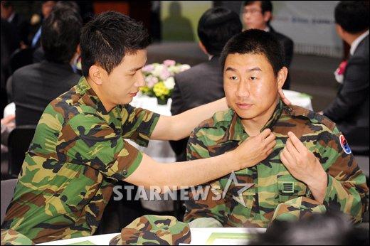 """[★포토]이용주 """"최종훈 병장님은 제가 챙깁니다!"""""""