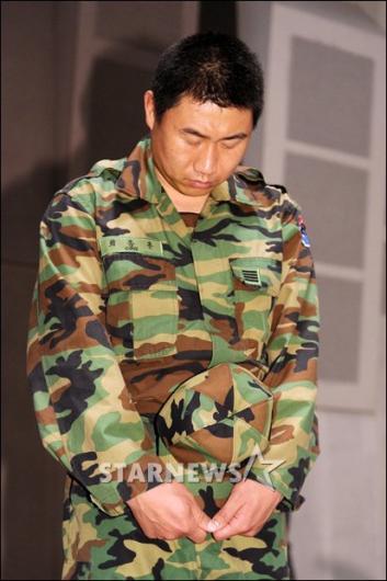 [★포토]최종훈 '묵념은 진지하게'