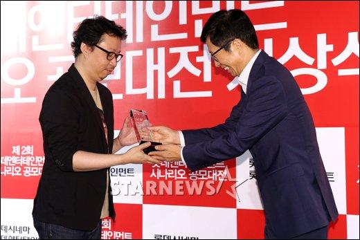 [★포토]대상 수상하는 조원희 작가