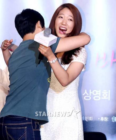 [★포토]박신혜, '박력 넘치는 포옹에 깜짝 놀라!'