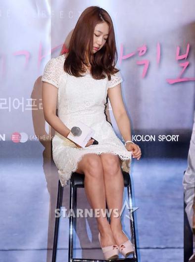 [★포토]박신혜, '짧은치마가 자꾸 신경 쓰이네'