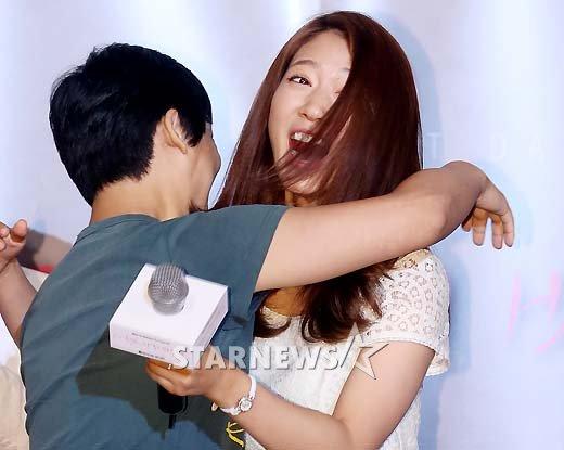 [★포토]박신혜, '돌발포옹'에 깜짝 놀라!