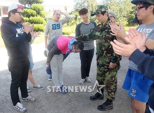 [★포토]최효종, '동료들 배웅 속 입대'