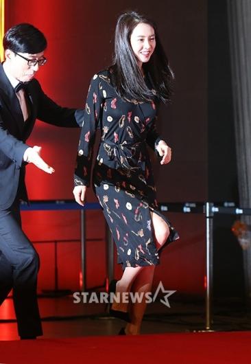 [★포토]송지효, '국민MC 에스코트 받으며'