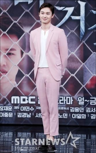 [★포토]이중문, '화사한 핑크 패션'