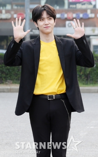 [★포토]김동한, '솔로로 첫 뮤뱅 출근'