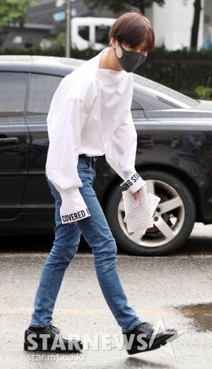 [★포토]태민, '셔츠에 청바지로 완성한 룩'