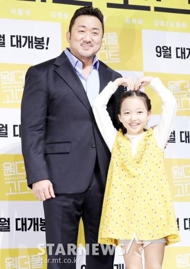 [★포토]마동석, '영화 속 딸과 함께'