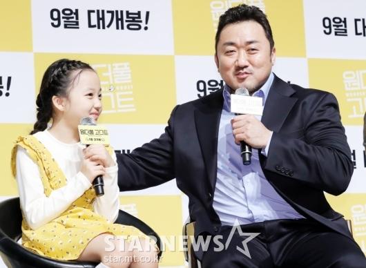 [★포토]마동석, '너무 귀여운 영화 속 딸'