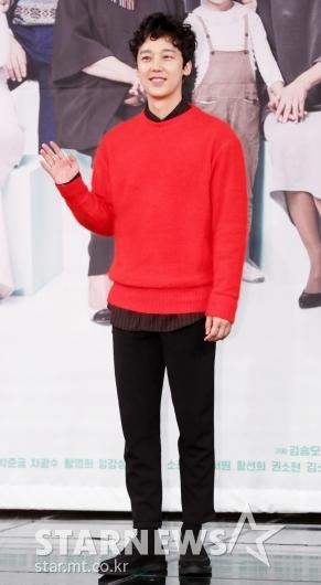 [★포토]윤종훈, '시선강탈 빨간 니트'