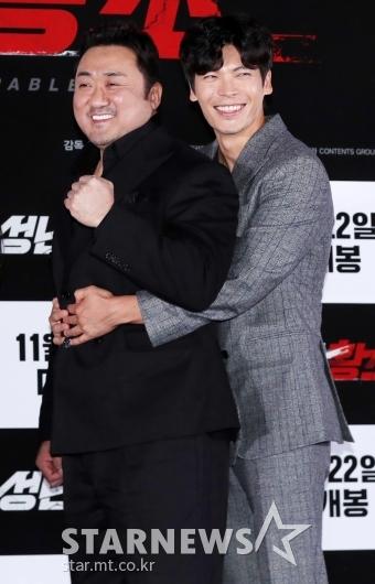 [★포토]김성오, '동석 형 뒤에 꼭 붙어'