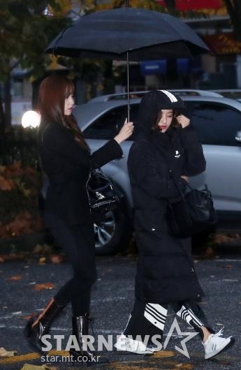 [★포토]미나, '졸린 지효 우산 씌워주는 중'