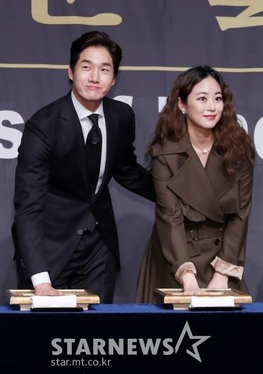 [★포토]유지태, '김효진 챙기며 핸드프린팅'