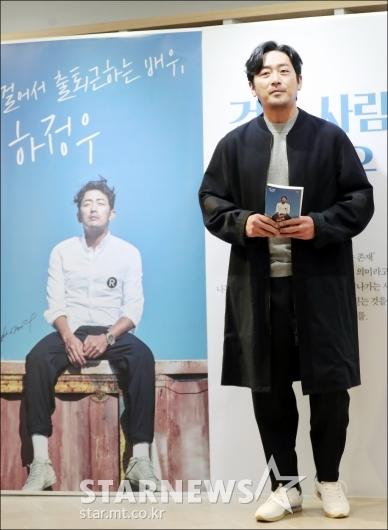 [★포토]'걸어서 출퇴근하는 배우, 하정우'