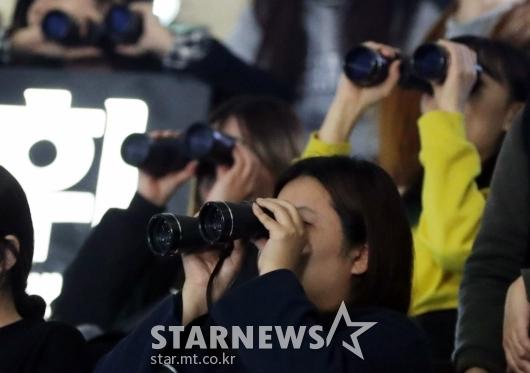 [★포토]'쌍안경은 관객 필수품'