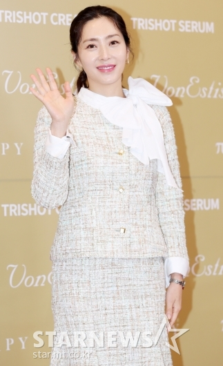 [★포토]송윤아, '손인사는 우아하게'