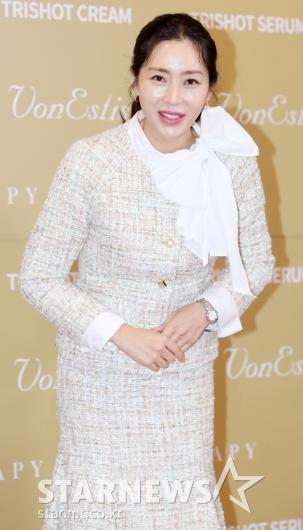 [★포토]송윤아, '눈 마주치며 인사'