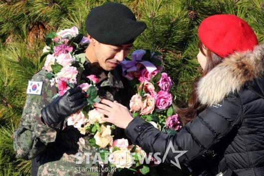 [★포토]광희 '꽃목걸이 받고 활짝'