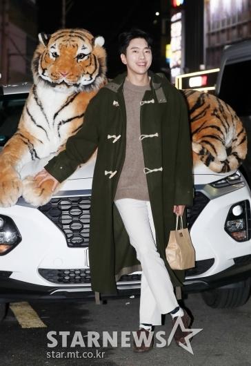 [★포토]윤현민, '호랑이와 길거리 화보'