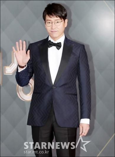 [★포토]엄기준, '멋진 손 인사'