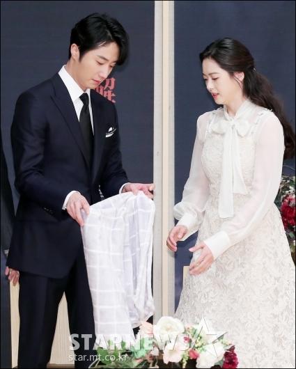 [★포토]매너남 정일우, '담요 챙겨드릴게요'