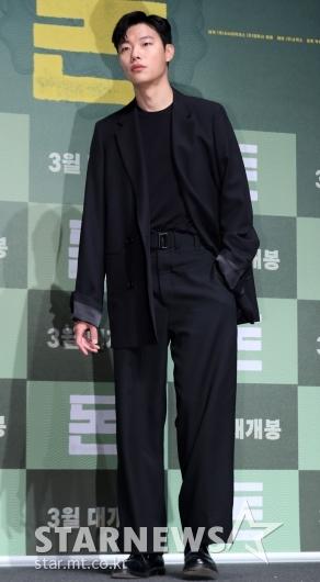 [★포토]류준열, '루즈한 수트 핏'