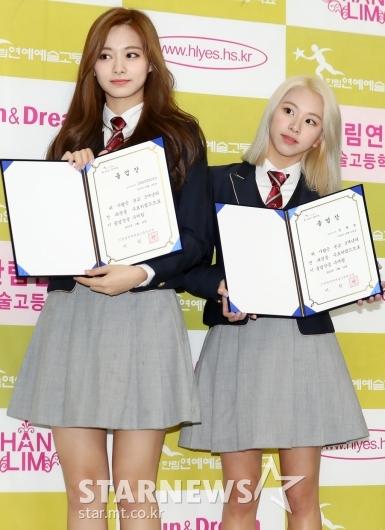 [★포토]쯔위-채영, '자랑스러운 졸업장 들고'