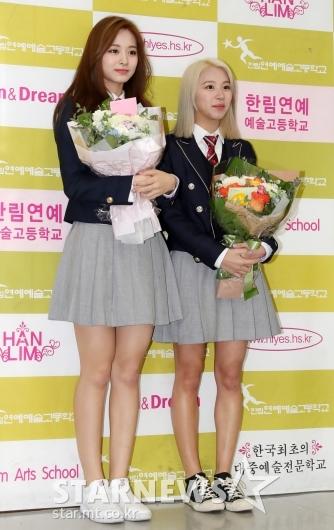 [★포토]쯔위-채영, '오늘 졸업하는 소녀들'