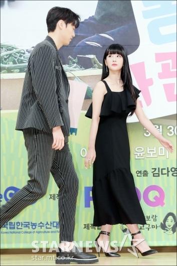 [★포토]윤보미, '태환이 키 엄청 크다'