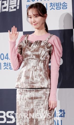 [★포토]이유영, '핑크빛 손인사'