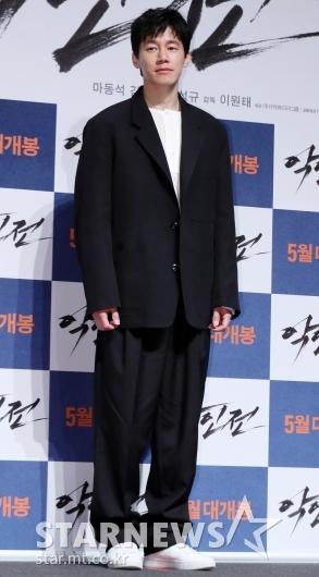 [★포토]김무열, '깔끔한 블랙 앤 화이트'