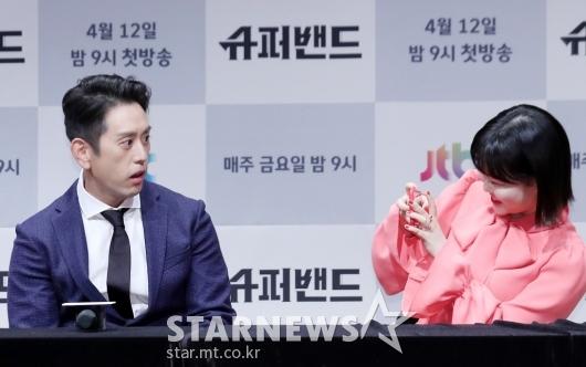 [★포토]조 한, '한국 기자간담회에서 기념촬영'