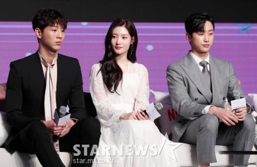 [★포토]정채연, '두 훈남들 사이 여유가 넘쳐'