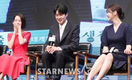 [★포토]최우식, '조여정-박소담을 웃게 만드는 배우'