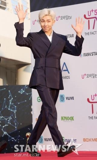 [★포토]RM, '리더의 여유만만 손인사'