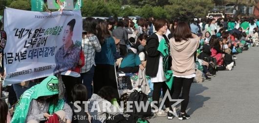 [★포토]옥택연 전역, '기다리는 많은 팬들'